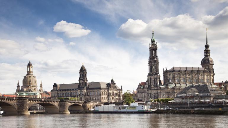 Foto der Stadt Dresden vom Wasser aus.